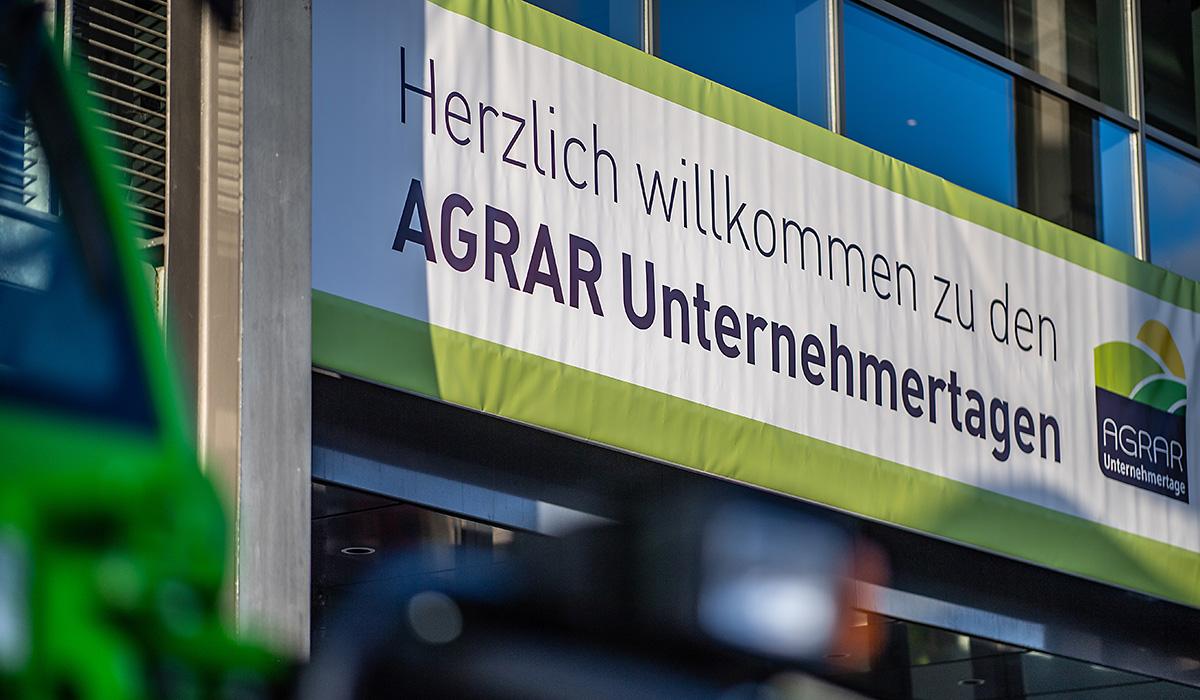 Ein Banner der AGRAR Unternehmertage hing vor der Halle Münsterland 2019