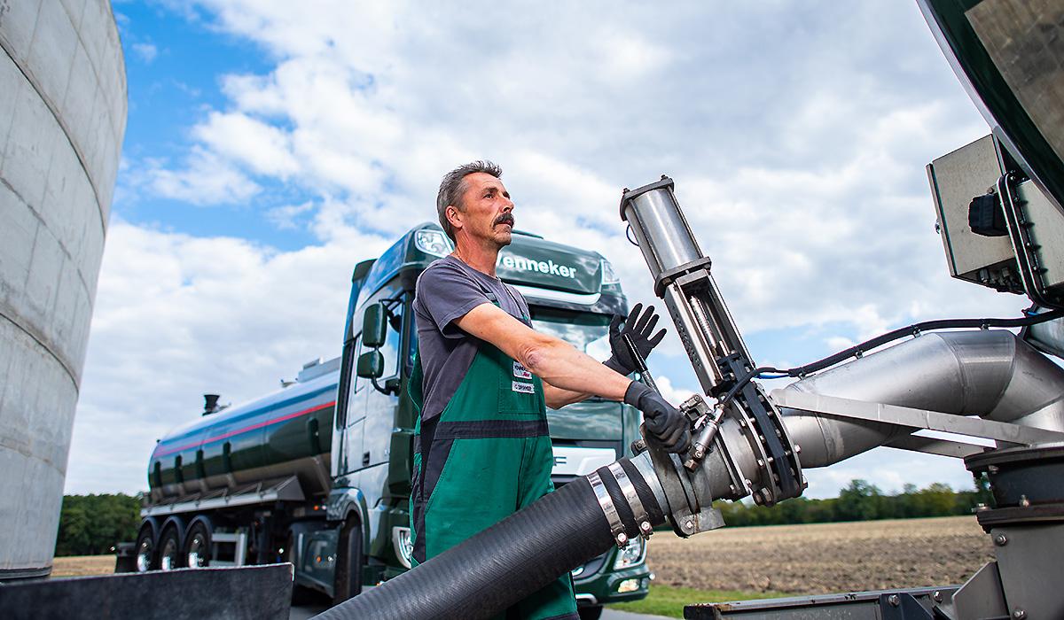 Ein Berufskraftfahrer von Venneker Natur befüllt einen Gülletransporter.