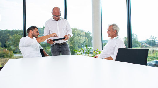 (v.l.) Nils Venneker, Heinz Venneker und Albert Venneker sitzen im Büro in der Zentrale in Nordkirchen.